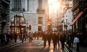 Menschen mit Bürgersteig