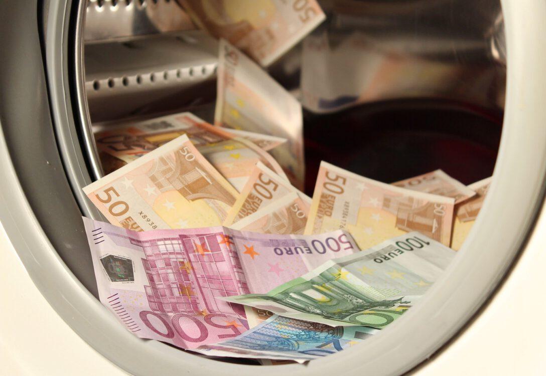 Geld in der Waschmaschine - Symbolbild